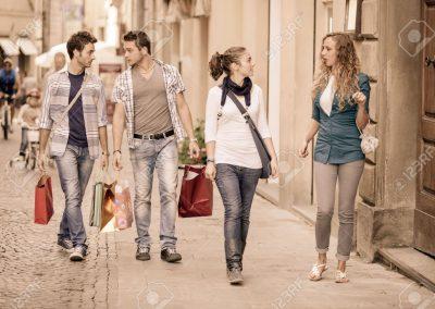 15145694-happy-girls-avec-les-gar-ons-s-ennuient-sur-magasinage